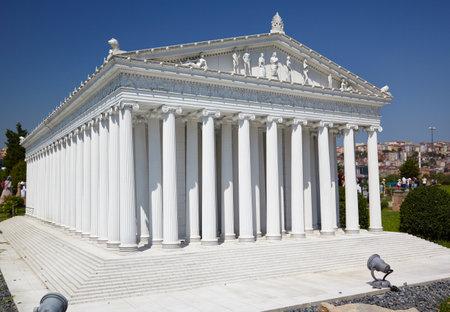 templo griego: ESTAMBUL TURQUÍA 10 JULY 2014: Parque Miniaturk en Estambul, Turquía. Modelo de reconstrucción Escala de templo de la diosa Artemisa. Se encuentra en Éfeso. Una de las Siete Maravillas del Mundo Antiguo.