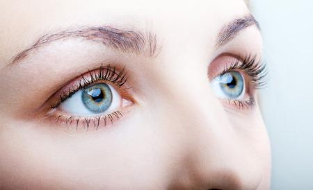 눈 화장과 여성의 얼굴의 근접 촬영