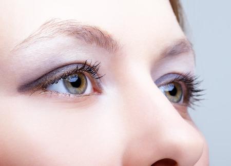 ojos marrones: Close-up foto de la cara femenina con maquillaje ojos Foto de archivo