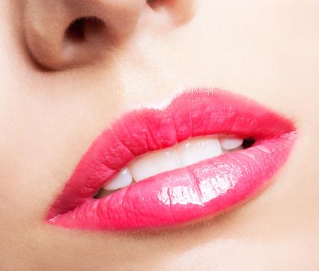 red lips: Close-up shot de la boca femenina con los labios rojos de maquillaje