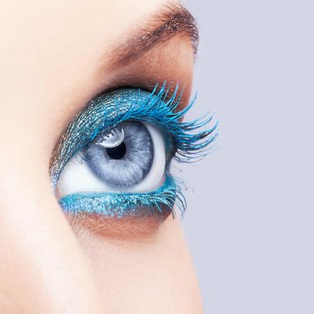 女性のアイメイク青色のクローズ アップ ショット 写真素材