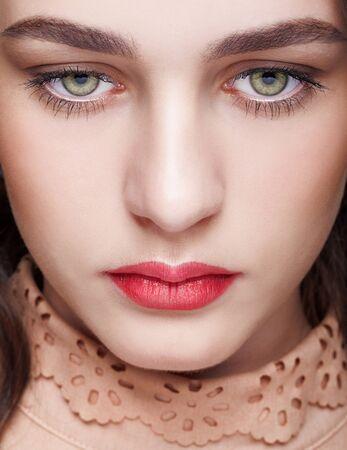 一日メイクやグリーン ピスタチオ色の目と女性の顔のクローズ アップ ショット