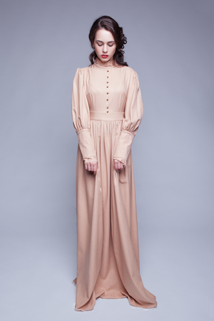 schöne augen: In voller Länge Portrait der jungen schönen Frau in der Retro- beige Kleid mit Tag Make-up und grüne Pistazien Farben Augen