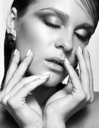 ojos negros: Retrato de joven bella mujer con maquillaje brillante mojado y los ojos cerrados