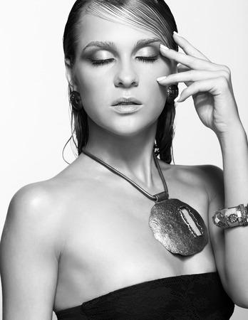 ojos cerrados: Retrato de joven bella mujer con maquillaje brillante mojado y los ojos cerrados