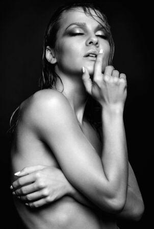 schwarze frau nackt: Portrait der jungen schönen nackten Frau mit nassen glänzenden Make-up und geschlossenen Augen auf schwarzem Hintergrund Lizenzfreie Bilder