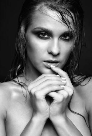 femme noire nue: Portrait de la belle jeune femme nue avec éclat humide maquillage sur fond noir