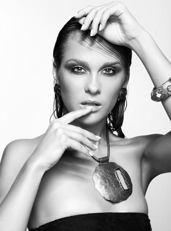 wet: Retrato de joven bella mujer con maquillaje brillante mojado