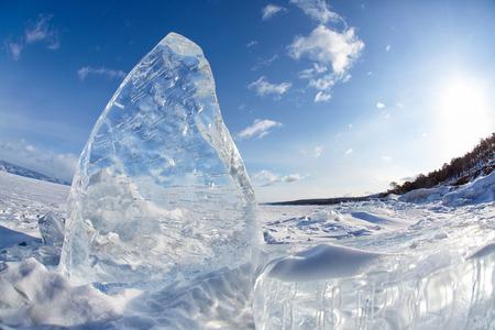 流氷と冬のバイカル湖の太陽