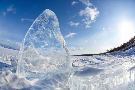 Ice floe and sun on winter Baikal lake 免版税图像 - 47375900