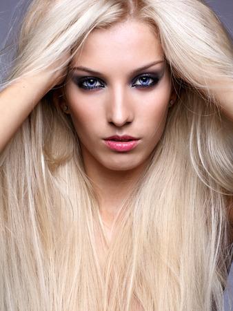 plan éloigné: Jolie jeune femme aux longs cheveux blonds luxuriante Banque d'images