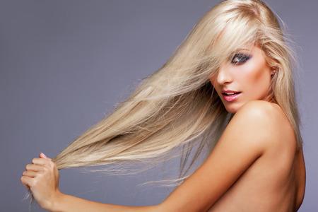 femme blonde: Blonde jeune femme sur fond gris