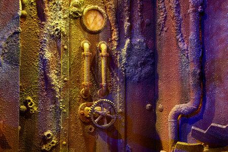 oxidado: ESTAMBUL, TURQUÍA 11 de julio 2014: Mar Istanbul Life Aquarium TurkuaZoo. La sala de la Libertad Ruina de la nave. Reconstrucción del interior del barco hundido.