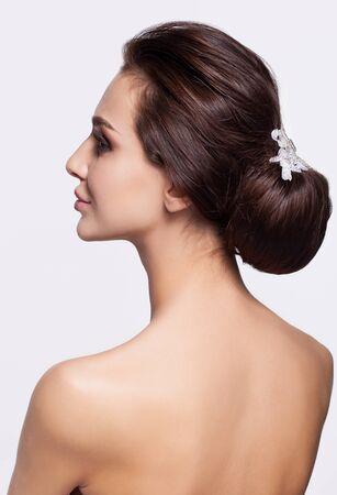 mujeres de espalda: Retrato de mujer joven y bella morena de la cara posterior con el nudo de cabello Foto de archivo
