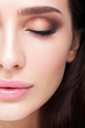 Half gezicht vrouwelijke schoonheid portret met make-up in aqua Limpet Shell kleur oogschaduw, Snorkel blauwe kleur liner en Rose Quartz lippen