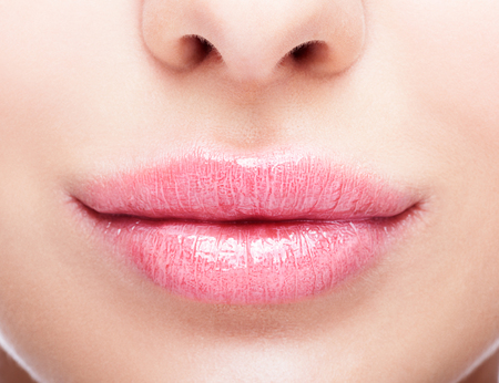 Close-up shot van vrouwelijke mond met make-up in roze kwarts lippen kleur
