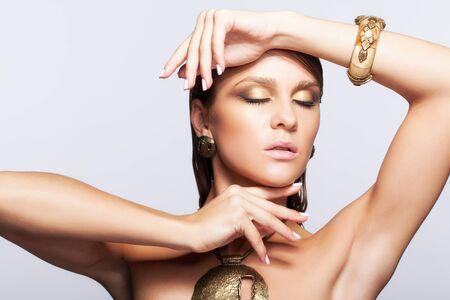 axila: Retrato de joven bella mujer con maquillaje brillante mojado y los ojos cerrados