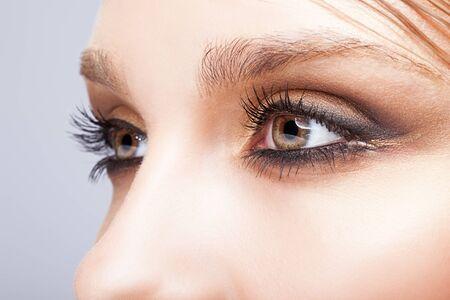 ojos marrones: Primer disparo de ojo de la mujer con maquillaje día