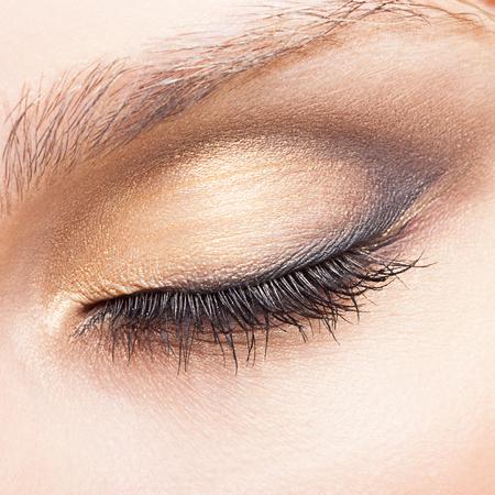 Occhi chiusi di giovane donna caucasica con il trucco del giorno
