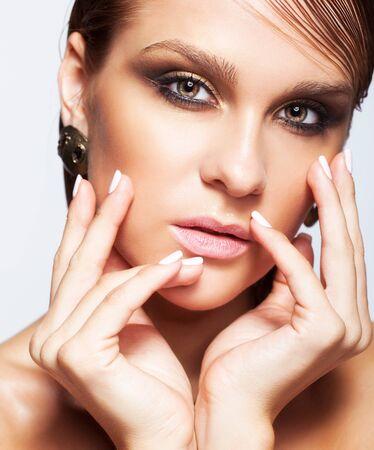 ojos marrones: Retrato de joven bella mujer con maquillaje brillante mojado