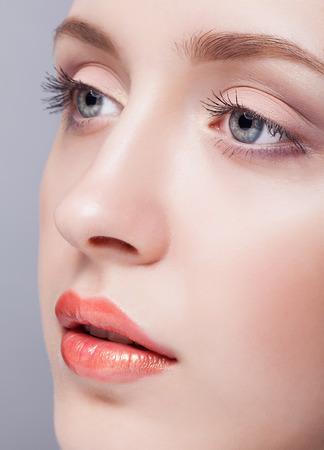 Close-up shot van vrouwelijke blauwe kleur ogen met dag make-up Stockfoto