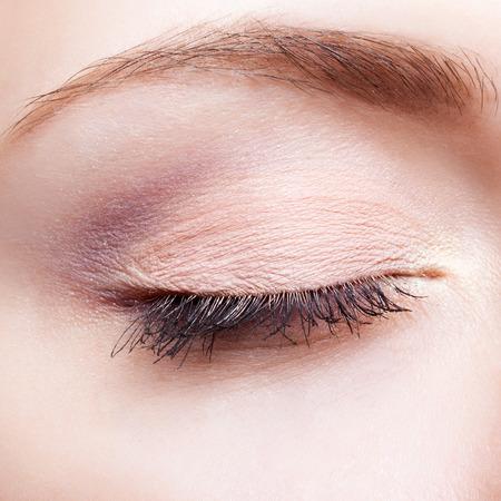 El primer tiró de maquillaje de la cara femenina con los ojos cerrados Foto de archivo