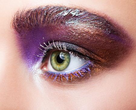 eye makeup: El primer tiró de ojo verde femenina de color pistacho con violeta púrpura noche ojos y sombras blancas pestañas maquillaje Foto de archivo