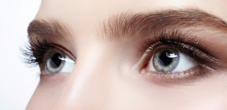 目の日のメイクで女性の顔のクローズ アップ ショット