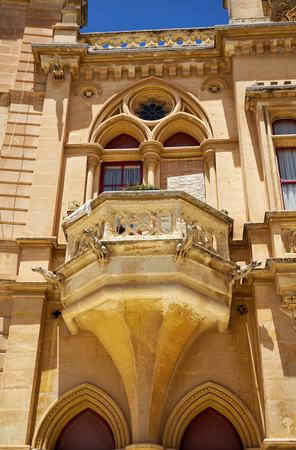 pawl: Decorative balcony above the portal to the Bishops Palace on the Pjazza San Pawl in Mdina. Malta