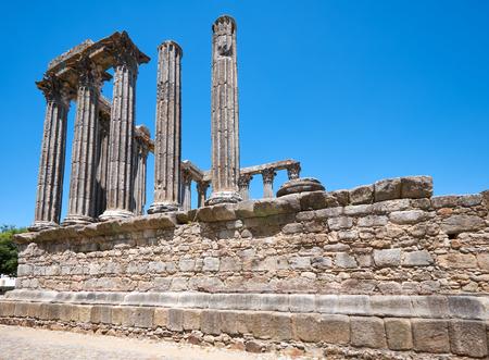 Templo de Diana, el templo romano de Evora dedicado al culto del emperador Augusto, el monumento más famoso de Evora. Portugal Foto de archivo - 89021474