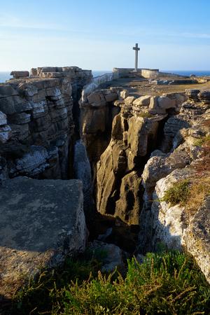 Cross on the coast of Atlantic Ocean at Cruz dos Remedios, Peniche peninsula, Portugal Foto de archivo