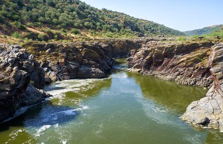 La corriente del río Guadiana se abre paso a través de la profunda barranca en esquistos en Pulo do Lobo (salto del lobo), Parque natural del valle del río Guadiana, Alentejo, Portugal Foto de archivo - 93142714