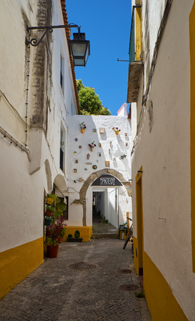 EVORA, PORTUGAL - JULY 1, 2016: The view of the Patio restaurant on the cozy narrow street of Evora. Alentejo. Portugal 新闻类图片