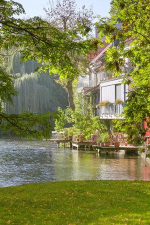 Historische Häuser am Fluss Gera in Erfurt, Thüringen, Deutschland im Frühjahr