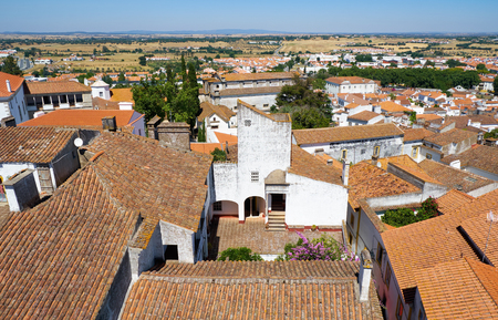 The view on the city residential houses surrounding the Cathedral (Se) of Evora from the roof of the church. Portugal Standard-Bild