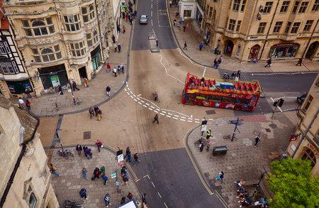 OXFORD, ENGLAND - 15. MAI 2009: Blick vom Carfax Tower auf die Kreuzung von St. Aldate, Cornmarket, Queen und High Street, die als das Zentrum der Stadt gilt. Universität Oxford. England