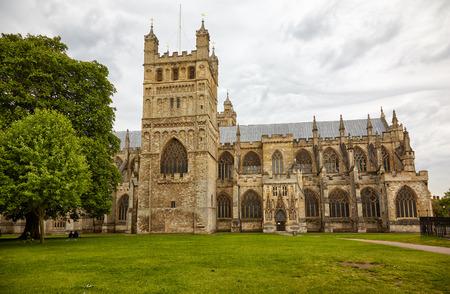 Der Blick auf die Nordseite der Kathedrale von Exeter (Cathedral Church of Saint Peter). Exeter. Devon. England