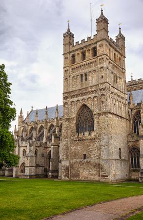 Der quadratische Nordturm der Kathedrale von Exeter (Cathedral Church of Saint Peter), der die 4,1 Tonnen schwere Bourdonglocke namens Peter enthält. Exeter. Devon. England Standard-Bild