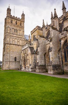 Der Nordturm und die Mauer der Kathedrale von Exeter werden durch Strebebögen verstärkt. Exeter. Devon. England