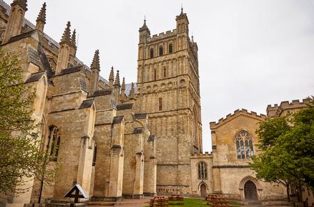 Der Südturm und die Mauer der Kathedrale von Exeter werden durch Strebebögen verstärkt. Exeter. Devon. England