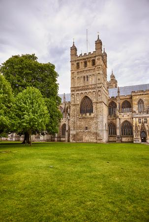 Der quadratische Nordturm der Kathedrale von Exeter (Cathedral Church of Saint Peter), der die 4,1 Tonnen schwere Bourdonglocke namens Peter enthält. Exeter. Devon. England