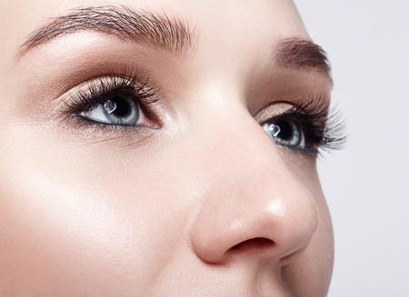 Zbliżenie makro niebieskie oko ludzkie kobiety. Kobieta z makijażem zadymionych oczu