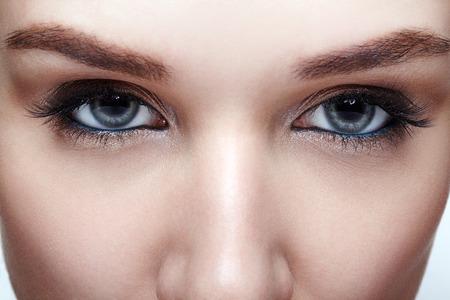 Nahaufnahmemakroaufnahme des blauen Auges der menschlichen Frau. Frau mit rauchigen Augen Make-up Standard-Bild