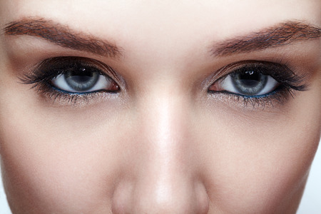 Tiro macro del primer del ojo azul de la mujer humana. Mujer con maquillaje de ojos ahumados Foto de archivo