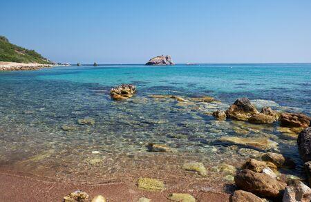 La vue sur la baie bleue de Takkas avec une grande roche volcanique d'Aphrodite près des bains d'Aphrodite sur la péninsule d'Akamas. Chypre