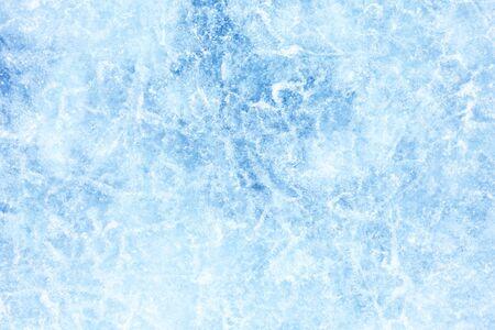 Surface de glace d'hiver sur le lac Baïkal en Sibérie. Fond bleu de la texture de la glace Banque d'images