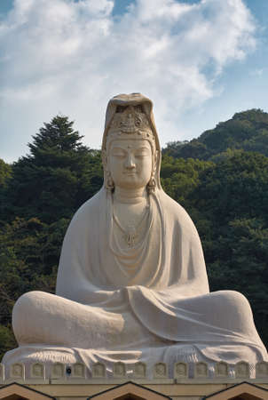 The white statue of Bodhisattva Avalokitesvara (Ryozen Kannon), the Goddess of Mercy built by Hirosuke Ishikawa to honor the dead of World War II. Kyoto. Japan 免版税图像 - 155686273