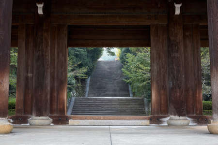 The colossal main wooden gate, the sanmon (sangedatsumon) at Chion-in temple complex, the most important sanmon in Japan. Kyoto. Japan 免版税图像 - 155686275