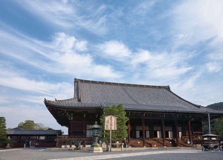 Kyoto, Japan - October 23, 2007: Miedo main hall (hall that houses the image of Honen), the center of the Chion-in temple complex, the headquarters of the Jodo Buddhismfounded by Honen. Kyoto. Japan 新聞圖片