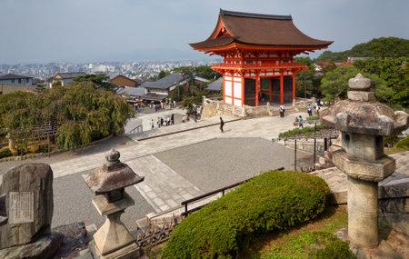 Kyoto, Japan - November 23, 2007: The view of two-story Nio-mon (Deva Gate), the main entrance to Kiyomizu-dera temple from the hill near three-storied pagoda. Kyoto. Japan 新聞圖片